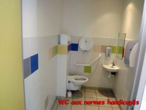 WC avec équipements pour les personnes handicapés.